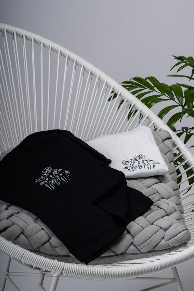 Shop Online T-shirt campo di fiori nera I AM ME