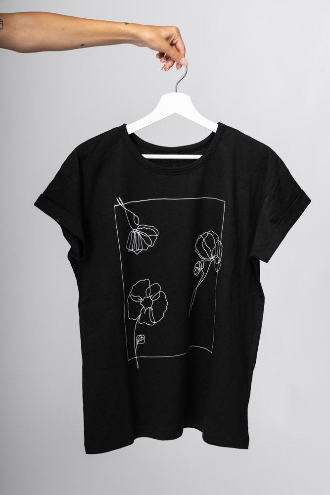 Shop Online T-shirt over poppies nera I AM ME