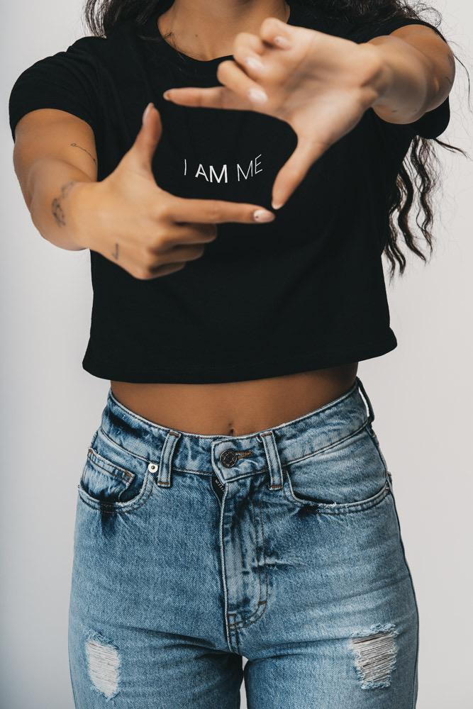 Shop Online T-shirt corta nera I AM ME