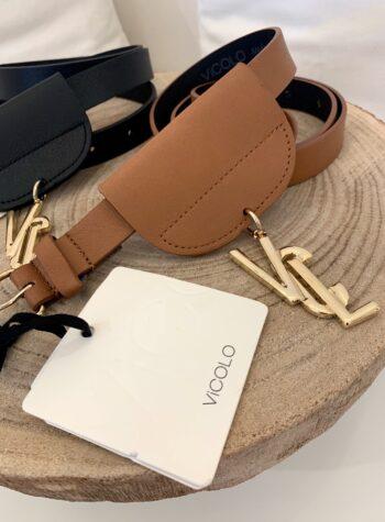 Shop Online Cintura fina marrone con ciondolo logo Vicolo