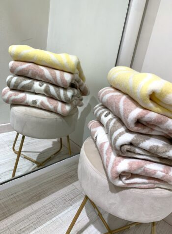 Shop Online Maglione panna con stampa zebrata gialla So Allure