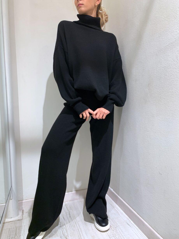 Shop Online Maglia over collo alto e maniche a palloncino nera Kontatto