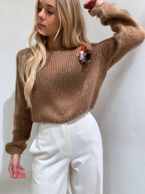 Shop Online Maglione a sacchetto color marrone con spilla Souvenir