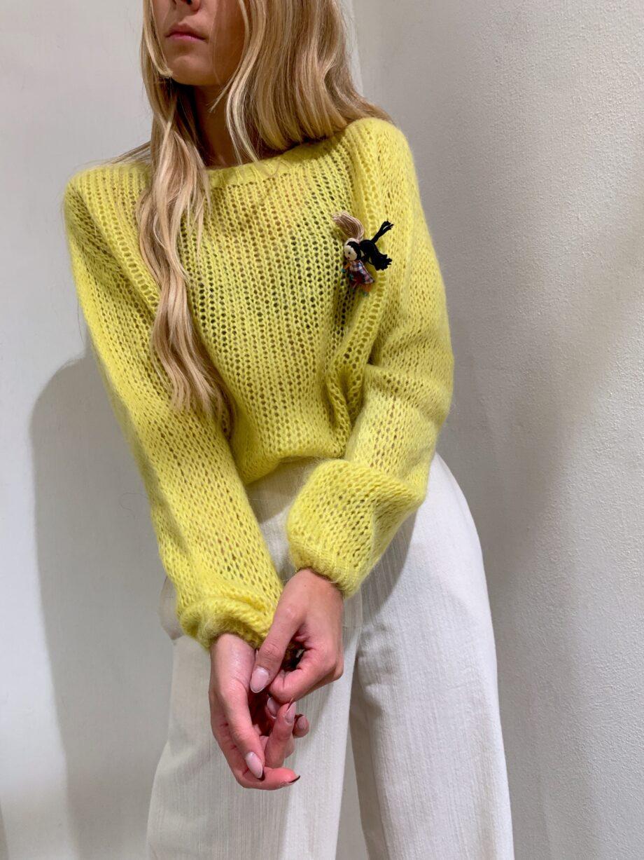 Shop Online Maglione a sacchetto color giallo con spilla Souvenir