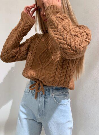 Shop Online Maglione con trecce ed elastico cammello Kontatto