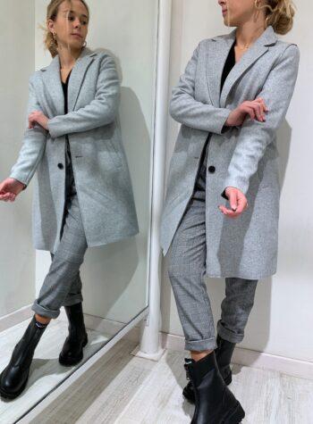 Shop Online Giaccone grigio chiaro ad ovetto Vero Moda